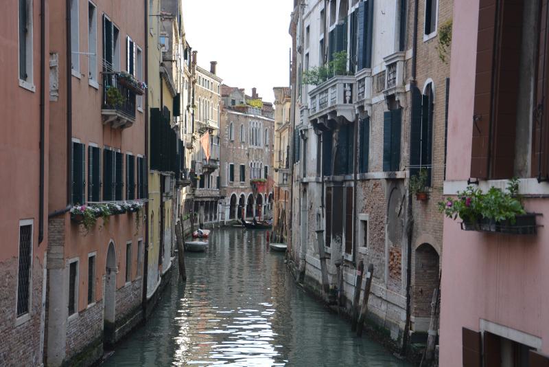 Venedig ist autofrei - Kanal zwischen den historischen Häusern