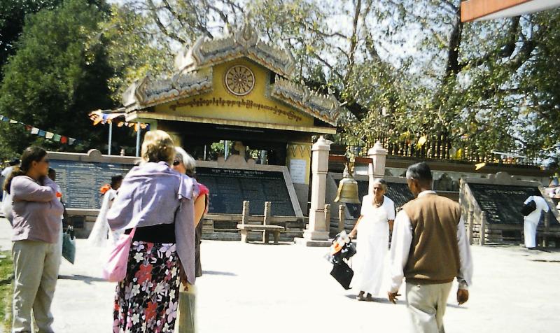 Indien: Sarnath Bodhi-Baum - Buddha  setzt das Dharmachakra in Bewegung