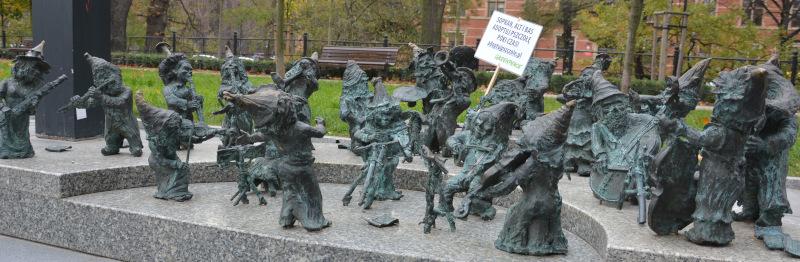Wroclaw Dwarfs / Breslauer Zwerge: Zwergenorchester - The dwarfs orchestra beside the music forum