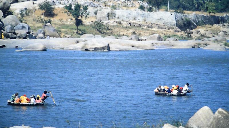 Hampi - Pilger auf Petty-Boat Fähren