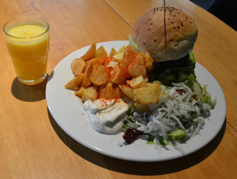 Wroclaw / Breslau VEGA - Schnellrestaurant: vegan Burger - keine Zwergen- Portion!