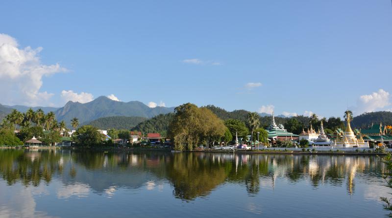 Der Tempelsee von Mae Hong son in Thailands Norden