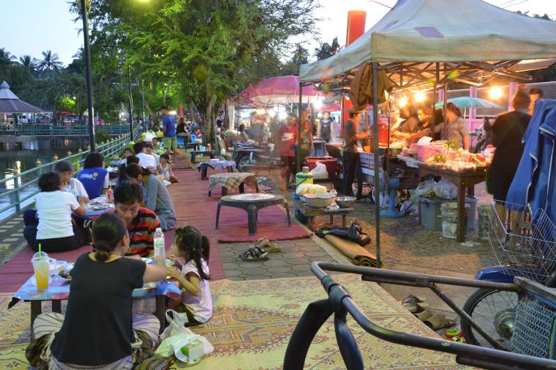 Thailands Nachtmarkt am See