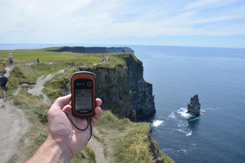 Garmin GPS Navigations - Gerät mit openstreetmap - Freizeitkarte bei Höhenbestimmung am Cliff of Moher