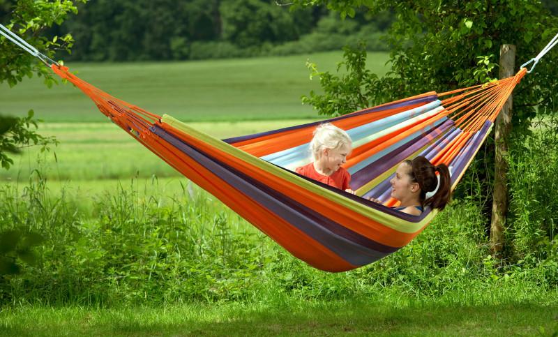 Farbenfrohe outdoor Hängematte für zwei aufhängen