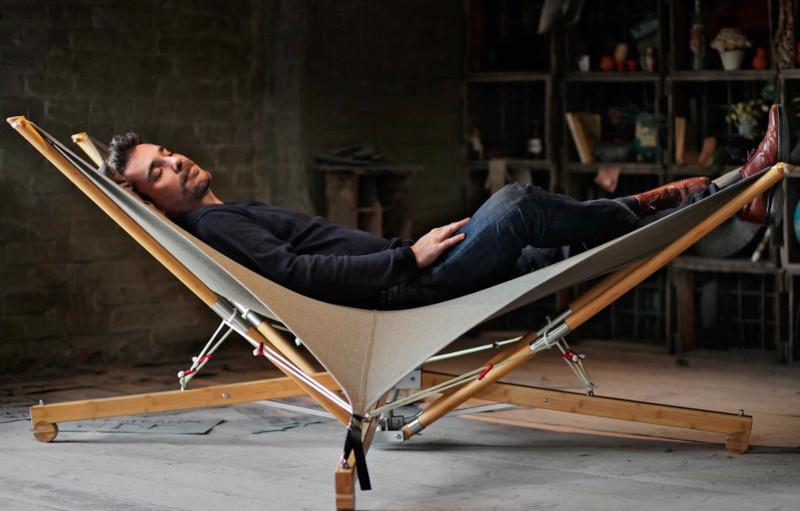 Liegestuhl oder Hängematte mit Holzgestell