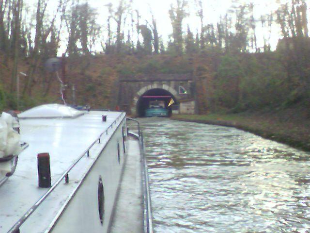 Flußboot in Frankreich vor dem Tunnel