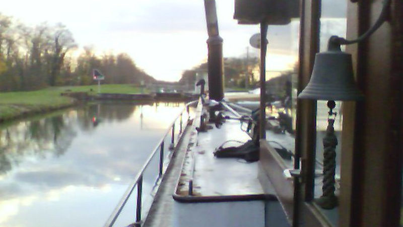 Flußboot vor einer Schleuse