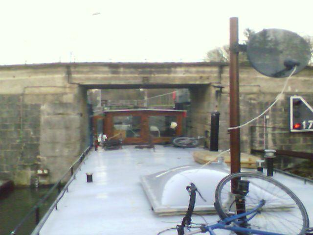 Schleusenausfahrt Flußboot in Frankreich