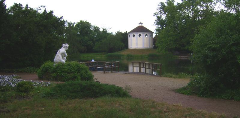 Wörlitz Park - Synagoge und knieende Venus