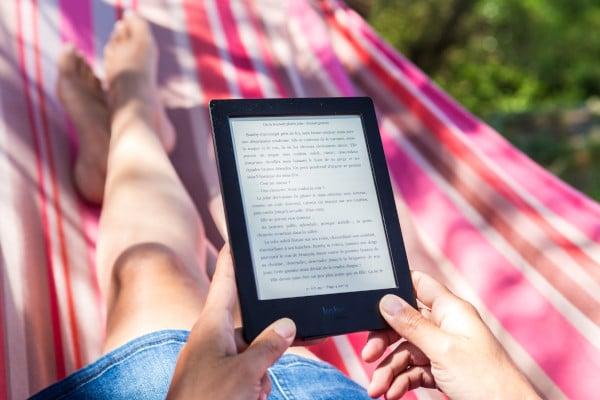 Mit dem eBook-Reader in der Hängematte