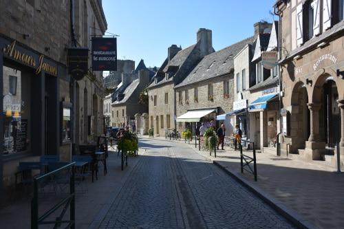 Geschäfts - Straße in Roscoff, Bretagne - Frankreich