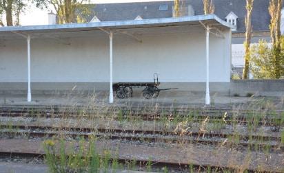 Gepäckwagen und Gleisfeld Bahnhof Roscoff, Bretagne - Frankreich