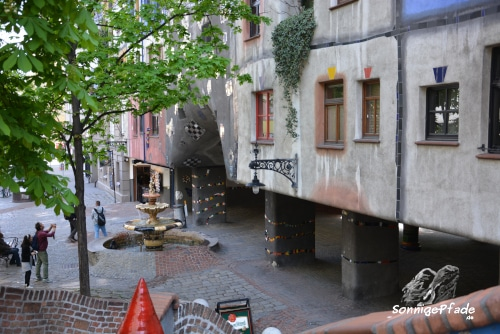Hundertwasser house Vienna - Footpaths and play spaces