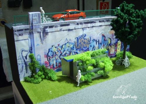 Hundertwasser Modell öffentliche Toilette mit vertikaler Pflanzenkläranlage