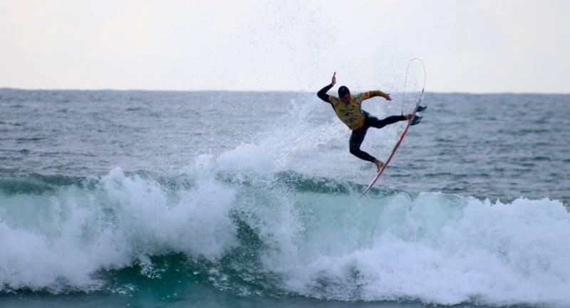 Peniche surfspot: Surfer am Strand Praja da Consolacao